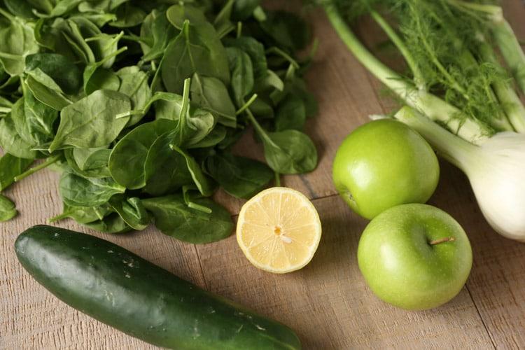 Suco detox de limão, maçã e hortelã