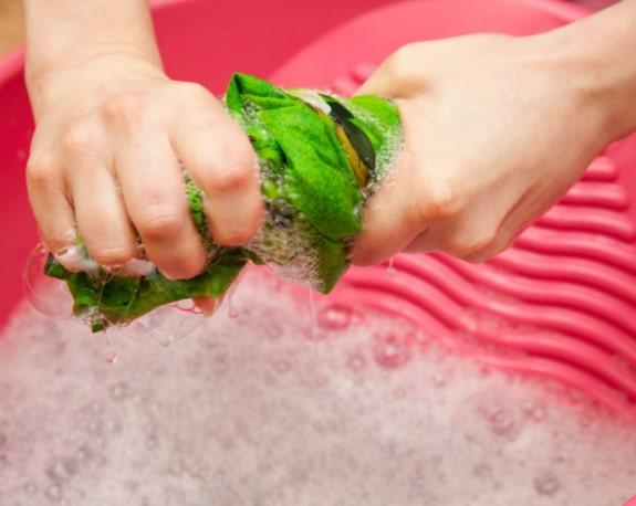 Lavando roupas a mão