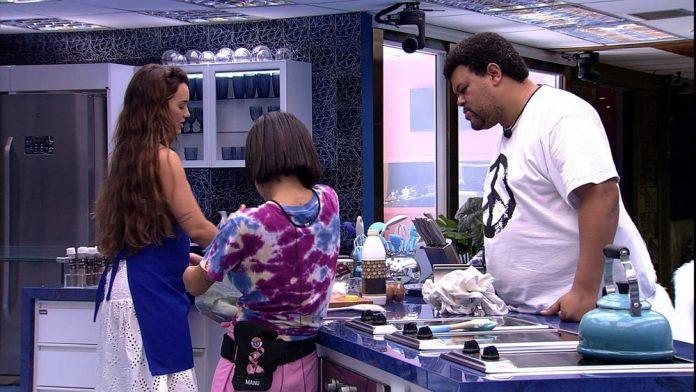 Babu ganha elogios de Manu ao ajudar ela a fazer bolo