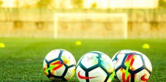 Bolas de futebol no gramado - campo de futebol