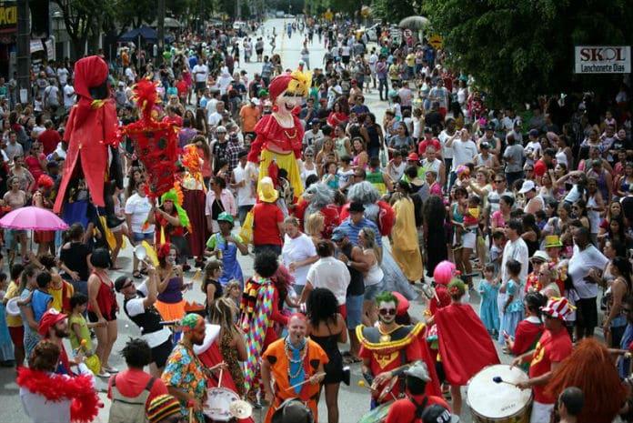 Desfile de carnaval no Centro Cívico - Curitiba