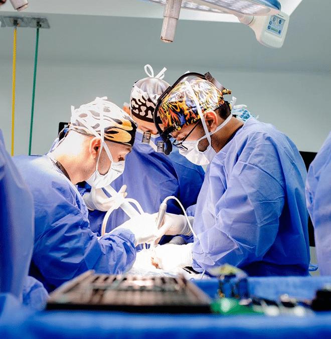 Dr. Nelson León em cirurgia maxilofacial