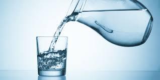 Jarra enchendo água no copo