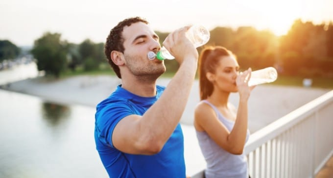 Homem e mulher matando a sede