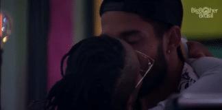 Karol Conká e Arcrebiano se beijam