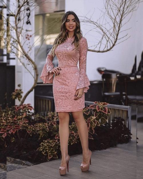 Mulher com vestido curto rosa