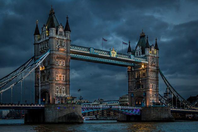 Ponte da Torre no Rio Tâmisa à noite
