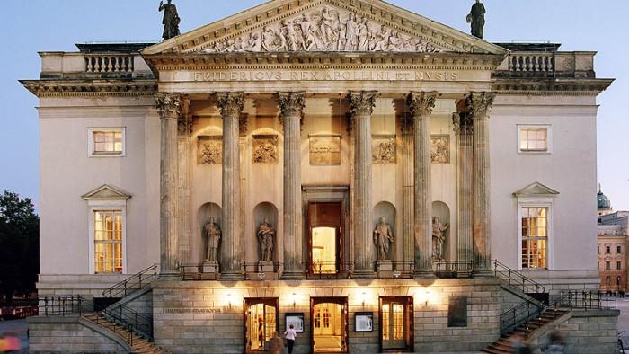 Por fora da Deutsche Staatsoper