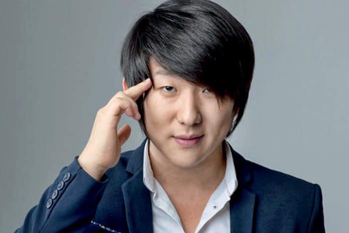 Pyong Lee aparece com cabelo novo