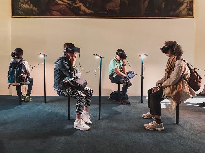 Jovens usando visor de Realidade Virtual