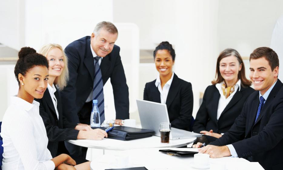 Reunião - Executivos de preto sorrindo