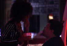 Thelma conversa com Babu em festa