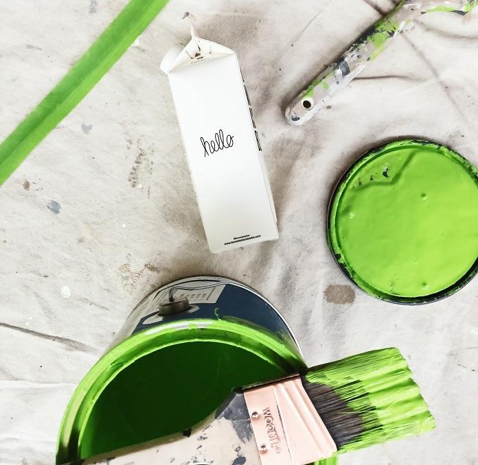 Tinta verde - lata de tinta - pincel