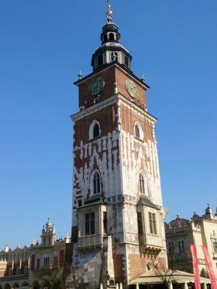 Torre da prefeitura na praça do mercado em Cracóvia