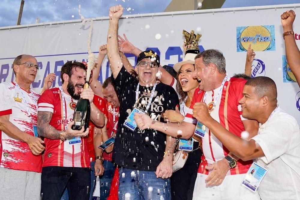 Viradouro comemorando a vitório como campeã do Carnaval 2020