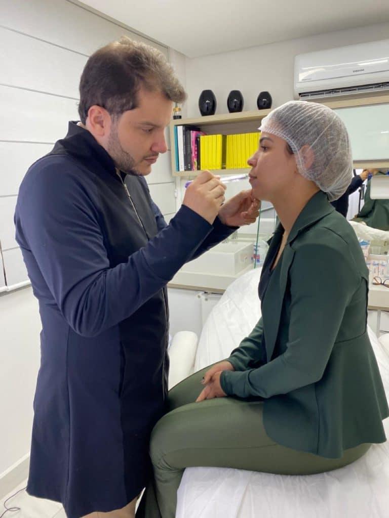 Odontologista Dr. Maurício Alves consultando paciente